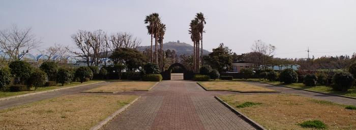 정난주 마리아 묘 앞에서 본 성지 전경. 좌우에 십자가의 길이 조성되어 있다.