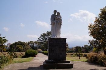 순교자 묘역으로 이어지는 중앙 통로에 성가정상이 세워져 있다.