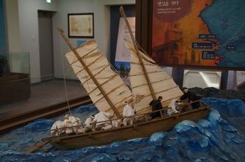 성 김대건 신부 제주표착 기념관 내부의 전시물. 라파엘호를 타고 항해하는 장면이다.