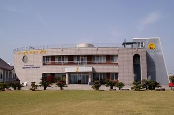 라파엘호를 연상케 하는 성 김대건 신부 제주표착 기념관 외관.
