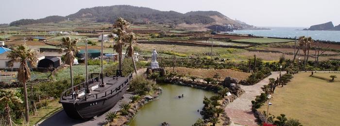 용수 성지 마당에는 1999년 제주 선교 100주년을 기념하여 복원한 라파엘호가 전시되어 있다.