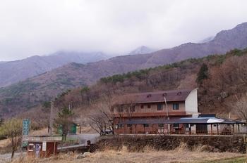 간월골의 동정녀 김 아가타 묘소 가는 길. 일송정 산장 주차장 뒤로 계곡 옆 오솔길을 200m 정도 올라가면 나온다.