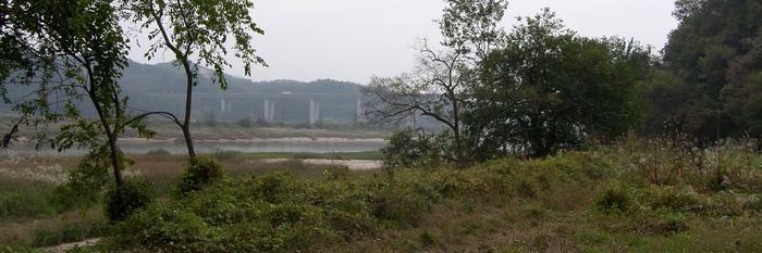 신학교 터로 가는 길목의 섬강 변 삼거리. 정면에 영동 고속도로가 보인다.