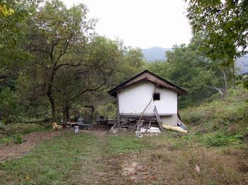 신학교 터에서 200m 정도 아래 계곡 옆의 외딴집.