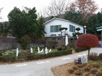 성당 수녀원 옆에 있는 갓등이 박물관. 그 앞에는 성모동산이 조성되어 있다.
