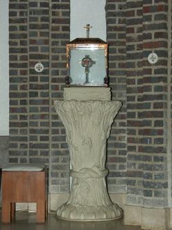 성당 제대 위에 성 앵베르 주교의 모발을 모셔두고 있다.