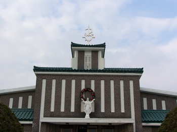 예수성심상과 그리스도와 성심을 상징하는 성당 지붕 위의 조형물.