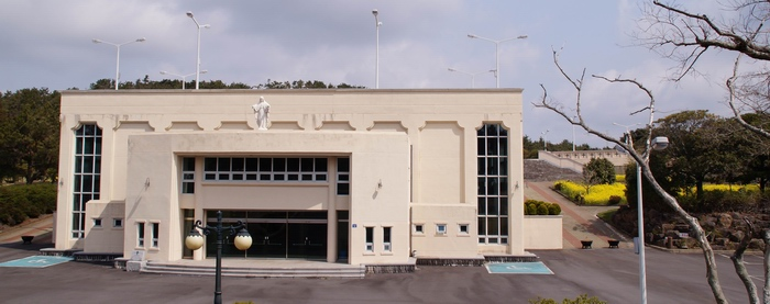 2001년 봉헌된 삼위일체 대성당은 3천 여명을 수용할 수 있는 규모로 건립되었다.