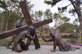 삼위일체 대성당을 지나 묵주기도의 호수까지 십자가의 길 15처가 실물 크기의 조각상으로 설치되어 있다.