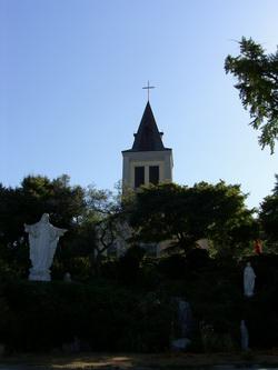성당 정면 앞 언덕에는 예수성심상과 성모상이 설치되어 있다.