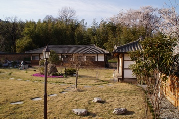 본당 설립 70주년 기념사업의 일환으로 성당 구내에 까리따스 수녀회가 한국 첫 본원으로 사용한 한옥 기와집을 복원했다.