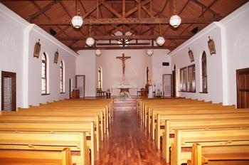 일자형 콘크리트 건물로 단순하고 소박한 느낌을 주는 성당 내부.
