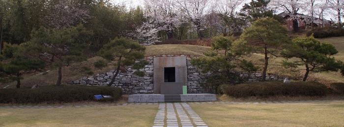 2004년 빈 무덤 형태로 성당 옆에 건립한 순교자 기념경당.