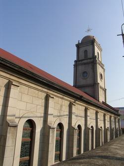 중앙 종탑에 돔을 얹은 성당 외관. 2004년 등록문화재 제139호로 지정되었다.