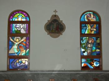 성당 옆 창문 유리화와 십자가의 길.