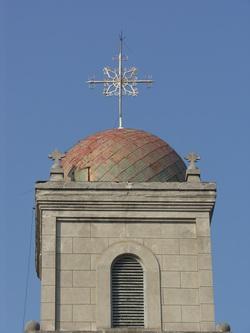 돔형 종탑과 십자가.