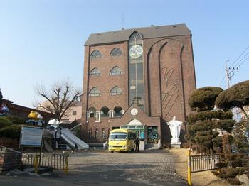 1990년 축복식을 가진 본당 설립 100주년 기념 교육관(소화유치원).