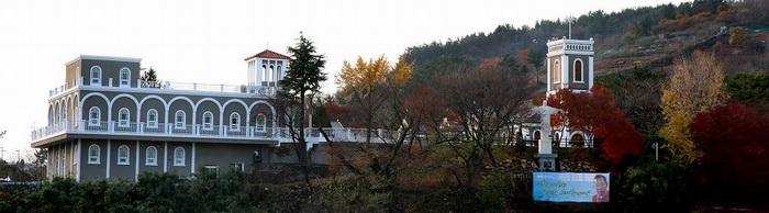 삼척시 방면에서 본 성당 전경. 왼쪽에 성삼 교육관, 오른쪽에 성당이 자리하고 있다.