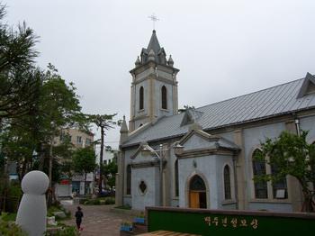 1955년에 완공되어 2010년 등록문화재 제457호로 지정된 성당 외관.