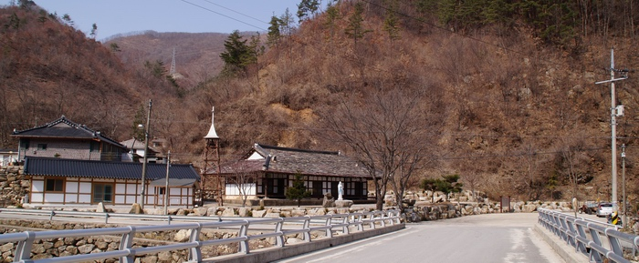 마을 입구 노인정 쪽에서 바라본 공소 전경.