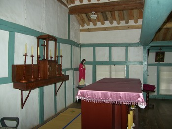 제대 뒷벽에는 목조로 된 감실과 목제 촛대가 있다. 제2차 바티칸 공의회 이전에 벽을 향해 전례를 거행하던 흔적을 볼 수 있다.