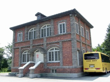 성당과 함께 충청남도 기념물 제142호로 지정된 구 사제관(현 교육관) 건물.