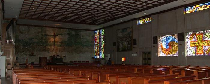 성당 내부. 1979년 권순형 교수가 제작한 한국 최초의 도자벽화와 이냠규 교수의 유리화, 문학진 교수의 103위 순교 성인화 등을 볼 수 있다.