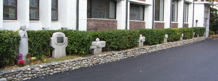 1994년 최봉자 수녀가 성당 옆마당에 제작한 로사리오 기도 길과 성모상.