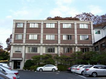 1994년 기존의 강당을 2층에서 4층으로 증축한 후 백동관으로 명명하였다.