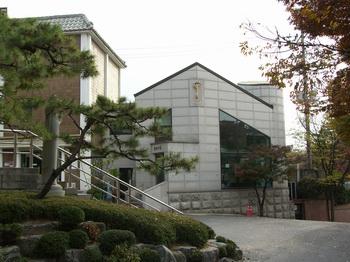 1997년 성당 정문 오른쪽에 성물보급소를 완공하여 분도의 집으로 명명하였다. 현재는 본당 사무실 공간으로 사용하고 있다.