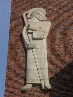 본당의 주보인 성 베네딕도상. 김세중 교수 작품으로 성당 터가 원래 성 베네딕도회 수도원이 있던 곳임을 알려준다.