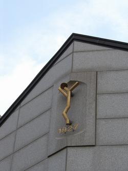 1997년 성물보급소로 건립되어 분도의 집으로 명명된 현 본당 사무실 건물 위에 본당 심벌 마크와 설립연도인 1927이란 숫자가 선명하다.