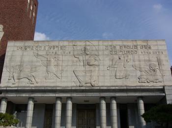1961년 김세중 교수가 원도를 작성하고 장기은 교수와 함께 조각한 최후의 심판도 화강석 부조. 두 개의 성경 구절과 함께 예수 그리스도를 중심으로 사복음사가의 상징이 자리하고 있다.