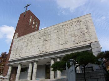 성당 정면. 입구 좌우에 최종태 교수가 제작한 성모상과 성요셉상이 세워져 있다.