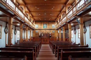 목재를 이용해 한식으로 장식한 옛 성당 내부.