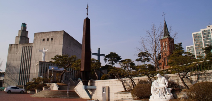 성당 입구에서 본 모습. 왼쪽이 2000년 10월에 축복식을 가진 본당 설립 100주년 기념성당, 오른쪽이 1922년에 건립된 옛 성당.