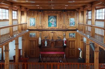 덕원 수도원 목공부 출신 원제동 씨가 1925년에 제작한 제대 뒷벽면 목조 장식이 독특하다.