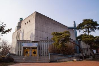 본당 설립 100주년을 기념하여 옛 성당 옆에 노출 콘크리트 기법으로 건축된 새 성당 외부.
